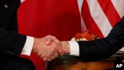 La vigoureuse poignée de main entre Emmanuel Macron et Donald Trump le 25 mai 2017, à Bruxelles.