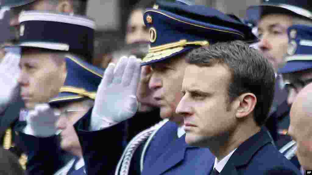 Emmanuel Macron, l'un des deux candidats du deuxième tour de l'élection présidentielle française, assiste à la cérémonie d'hommage, mardi 25 avril, à Xavier Jugelé, le policier tué lors de l'attentat sur les Champs-Élysées, Paris.