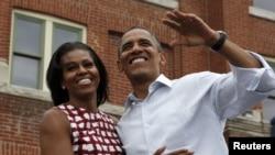 Presiden Obama dan ibu negara Michelle Obama dalam kampanye di Dubuque, Iowa (15/8).