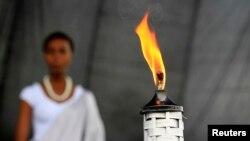 一名少女将缅怀火炬护送到卢旺达首都基加利的悼念场地。(2014年4月5日)