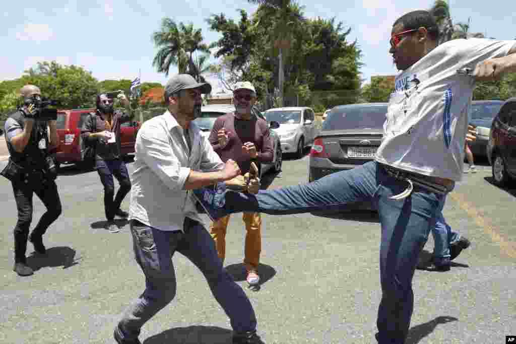 یک حامی نیکلاس مادورو در پایتخت برزیل به سمت یک حامی خوان گوایدو حمله میکند. امروز حامیان گوایدو رئیس جمهوری موقت ونزوئلا به سفارت این کشور در برزیل رفتند و امور را تحت کنترل گرفتند. نماینده گوایدو در برزیل میگوید کارکنان سفارت در را به روی آنها گشودند.