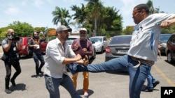 Apoiantes do Governo e da oposição da Venezuela em confrontos em Brasília