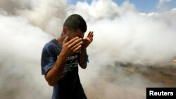 Taksim meydanında gözyaşartıcı gazdan kaçan bir gösterici