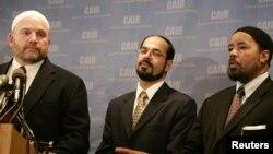 Direktur Komunikasi Dewan Hubungan Islam di Amerika (CAIR) Ibrahim Hooper (kiri), Direktur Eksekutif CAIR Nihad Awad dan tokoh muslim AS, Mahdi Bray memberikan keterangan pers (foto: dok).