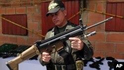 El director de la policía de Colombia, general José Roberto León Riaño, muestra un rifle incautado a alias 'Sebastián'. Según autoridades colombianas, al menos 200 pistolas Fiveseven están en manos de la 'Oficina de Envigado'.
