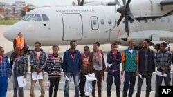 意大利星期五根據歐盟新的安置計劃,首次用飛機把一些尋求庇護者送往瑞典。