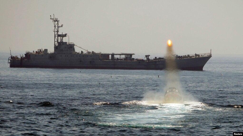 Tàu chiến và tàu cao tốc của Iran đang tuần tra ở eo biển Hormuz