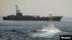 یک کشتی جنگی ایران در تنگۀ هرمز