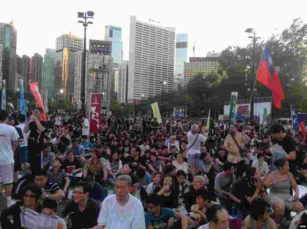 香港2014年六四烛光晚会开始前的景象年 (美国之音海彦拍摄)