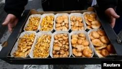 Aneka macam jamur yang dapat dimakan dijual di sebuah pasar di Warsawa, Polandia.