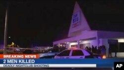 25일 미국 플로리다주의 한 나이크틀럽에서 총격으로 2명이 사망한 가운데, 사건 현장 주변에 경찰관들이 모여있다. 현지 지역 방송국의 사건 보도 화면이다.