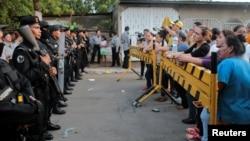 Frente a la cárcel Modelo de Nicaragua, familiares esperaban conocer sobre sus parientes tras los disturbios del jueves 16 de mayo de 2019.