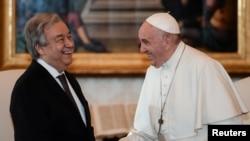 Paus Fransiskus (kanan) bertemu dengan Sekjen PBB Antonio Guterres, di Vatikan, 20 Desember 2019.