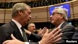 نایجل فاراژ، رهبر حزب استقلال بریتانیا (چپ) در کنار ژان کلود یونکر نخست وزیر سابق لوکزامبورگ که عضو پارلمان اروپاست.