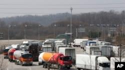 2013年3月28日,韩国的汽车从朝鲜开城联合工业园区返回韩国境内。
