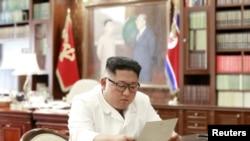 شمالی کوریا کے رہنما صدر ٹرمپ کی جانب سے لکھے گئے خط کا مطالعہ کر رہے ہیں۔