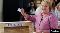 2013年11月17日智利左倾反对派总统候选人米歇尔·巴切莱特在圣地亚哥