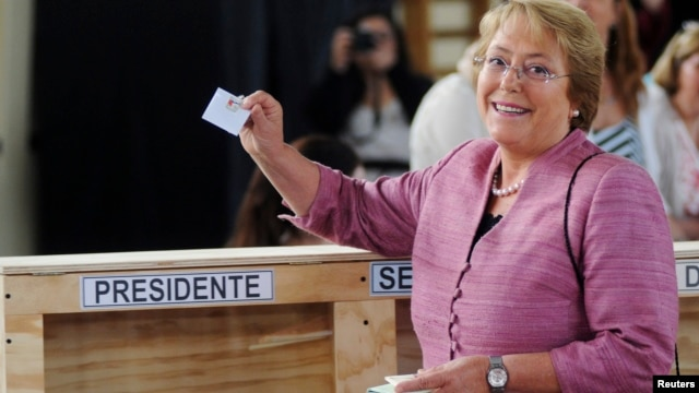 Chilean left-leaning opposition presidential candidate Michelle Bachelet shows her ballot during the presidential election in Santiago, Nov. 17, 2013.