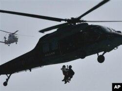 2011年3月13日,地震和海啸发生两天后,日本自卫队成员在日本北部救出一名灾民。