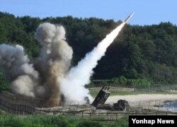 북한의 대륙간탄도미사일(ICBM) 도발에 대응해 5일 열린 미한 연합 탄도미사일 타격훈련에서 주한미군의 에이태킴스(ATACMS) 지대지미사일이 발사되고 있다. 한국 합동참모본부 제공.