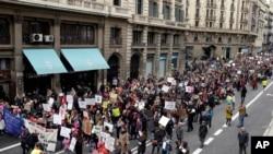 سپین کے شہر بارسلونا میں خواتین کا مظاہرہ۔ 21 جنوری 2017