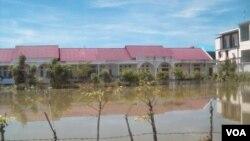 Gedung-gedung sekolah di Kabupaten Aceh Besar masih tergenang banjir hingga Rabu, 5/11 (foto: VOA: Budi Nahaba).