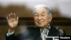 ព្រះចៅអធិរាជជប៉ុន Akihito បោយដៃទៅកាន់អ្នកទាំងឡាយដែលជូនពរព្រះអង្គនៅឯវិមានអធិរាជសម្រាប់ការចំរើនព្រះជន្ម៨២ឆ្នាំរបស់ព្រះអង្គ។