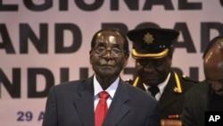 Le président du Zimbabwe Robert Mugabe lors de la conférence de la Communauté de développement d'Afrique australe (SADC) à Harare, le 29 avril 2015.