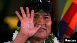 Morales hafta boshida Rossiyada prezident Vladimir Putin bilan ko'rishgan, Amerika maxfiy dasturini oshkor etgan Edvard Snoudenga siyosiy boshpana berish haqida o'ylab ko'rishini ma'lum qilgan edi.