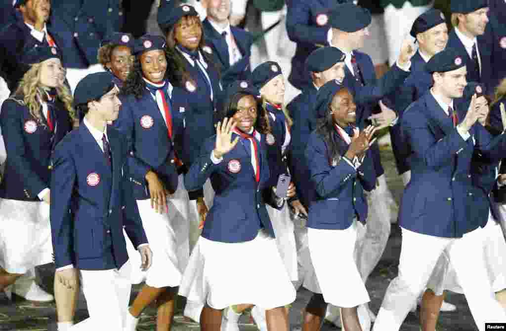 Miembros del contigente de Estados Unidos desfile en el estadio olímpico.