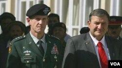 Jenderal Stanley McChrystal (kiri) dan Duta Besar AS untuk Afghanistan, Karl Eikenberry.