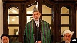 حامید کارزای سهرۆکی ئهفغانسـتان له میانهی دانیشـتنی یهکهمی ئهنجومهنی ئاشـتی وتاری خۆی پـێشـکهش دهکات، پـێـنجشهممه 7 ی دهی 2010