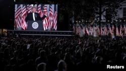 Presiden AS Donald Trump terlihat pada layar monitor memberikan pidato penerimaan nominasi sebagai Capres Partai Republik, di halaman Gedung Putih Kamis malam (27/8).