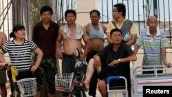 7月25日一些民众在审理薄熙来案的济南法庭外观看