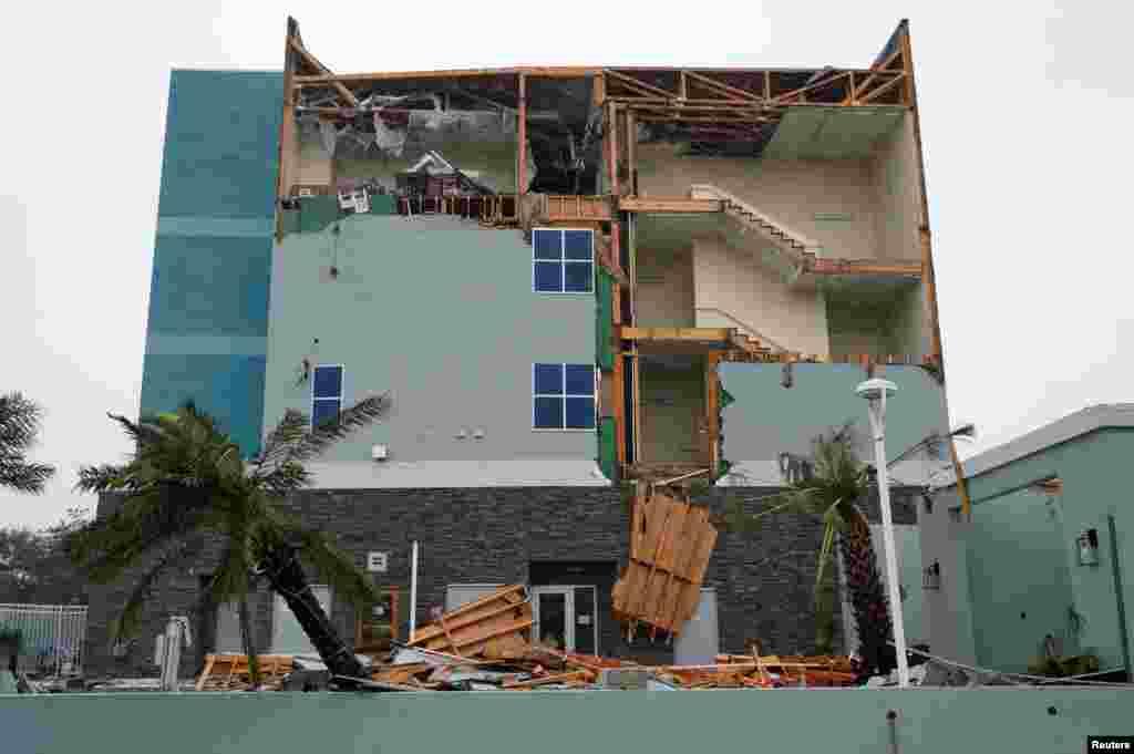 Зруйнована внаслідок урагану стіна готелю Феірфілд Інн в місті Рокпорт у штаті Техас. 26 серпня 2017 року.
