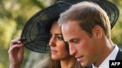Hoàng tử William của Anh và bạn gái lâu năm Kate Middleton đã đính hôn