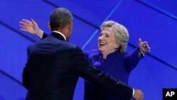 La candidate démocrate à la présidentielle Hillary Clinton embrasse le président sortant Barack Obama après le discours de celui-ci lors de la troisième journée de la Convention nationale démocrate à Philadelphie, 27 juillet 2016. (AP Photo / J. Scott Applewhite)