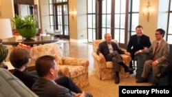 布什前总统和夫人2013年4月3日会见中国自由捍卫者陈光诚和对华援助协会会长傅希秋牧师。陈光诚先生在他首次访问德州和乔治.W.布什总统中心期间摄录了访谈。(乔治.W.布什研究所提供)