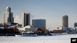 叶卡捷琳堡座落着一些高层建筑,市中心的湖泊冬天结了冰