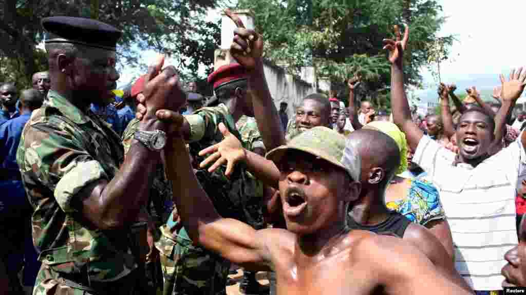 O povo celebra pelas ruas após o general Godefroid Niyombare ter anunciado que o Presidente Pierre Nkurunziza foi afastado do poder. Burundi, Maio 13, 2015