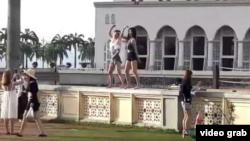 """两名中国女游客在马来西亚清真寺前拍摄""""热舞""""被处罚并遣返。(视频截图)"""