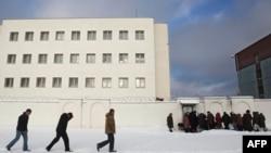 Родственники задержанных у тюрьмы в Минске