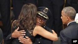 奥巴马总统前去达拉斯参加5名警察的追思会,第一夫人米歇尔·奥巴马拥抱达拉斯警察局长戴维·布朗。(2016年7月12日)