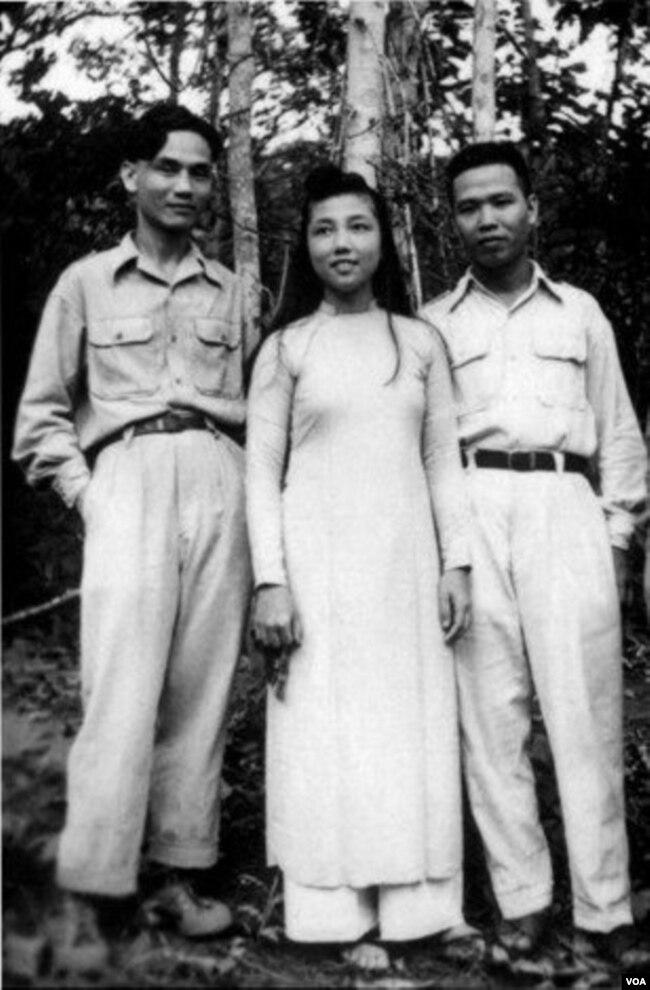 Xuân Diệu và vợ chồng Huy Cận - Xuân Như (em ruột Xuân Diệu, mẹ Tiến sĩ Cù Huy Hà Vũ) trong kháng chiến chống Pháp.