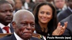 Le présidentiel angolais, José Eduardo dos Santos, à l'avant-plan, avec sa fille Isabel dos Santos, à l'arrière-plan à droite, lors d'une cérémonie officielle à Luanda, Angola, 28 Août de 2012. epa/ PAULO NOVAIS