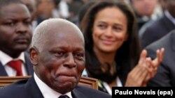 Le président angolais José Eduardo Dos Santos avec sa fille Isabel, en arrière-plan, Luanda, le 28 août 2012. epa /PAULO NOVAIS