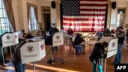 Para pemilih memberikan suara mereka di salah satu sekolah yang digunakan sebagai TPS pada hari pemilihan di Hillsboro, Virginia, 3 November 2020.
