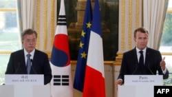프랑스를 방문한 문재인 한국 대통령과 에마뉘엘 마크롱 프랑스 대통령이 15일 파리에서 정상회담에 이어 공동기자회견을 했다.