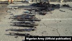 Une cache d'armes de Boko Haram découvertes à Dikwa, dans l'Etat de Borno, Nigeria le 23 mai 2015 (AP, archives)