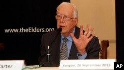 Mantan presiden AS Jimmy Carter memberikan keterangan kepada para wartawan dalam jumpa pers di Strand Hotel, Rangoon (26/9).